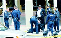 Αστυνομικοί τον έδειραν γιατί δεν πέρασε από τη διάβαση! | tanea.gr