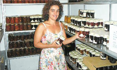 Νέα γυναίκα μόνη... δημιουργεί νοστιμιές   tanea.gr