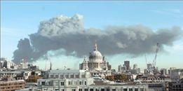 Πυκνοί καπνοί σκέπασαν το Λονδίνο | tanea.gr