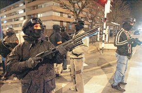 Πυροβολούν τους αστυνομικούς   tanea.gr