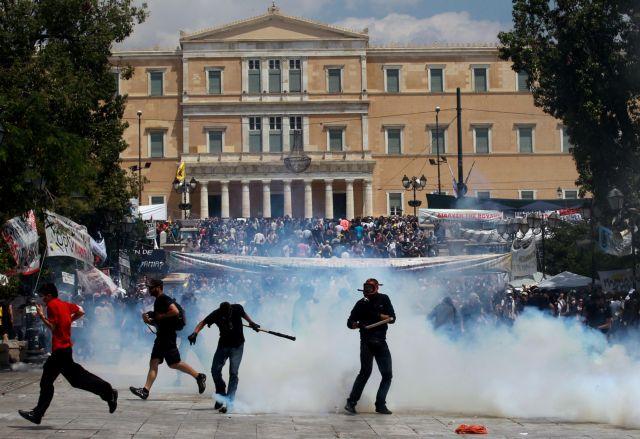 Πνίγηκε το κέντρο της Αθήνας από τα χημικά  Συγκεντρώθηκαν ξανά οι «Αγανακτισμένοι» | tanea.gr