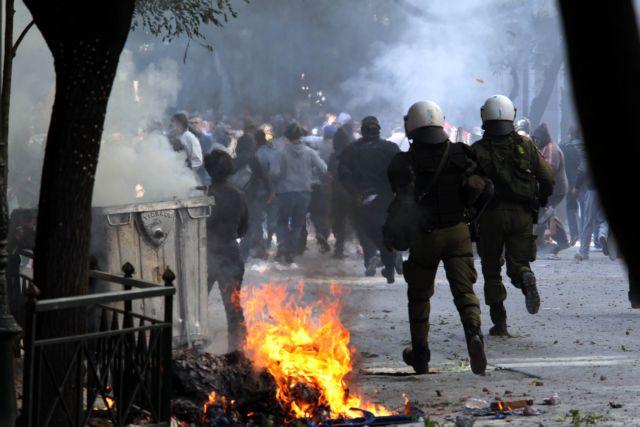 Απέσπασαν όπλο από αστυνομικό   tanea.gr