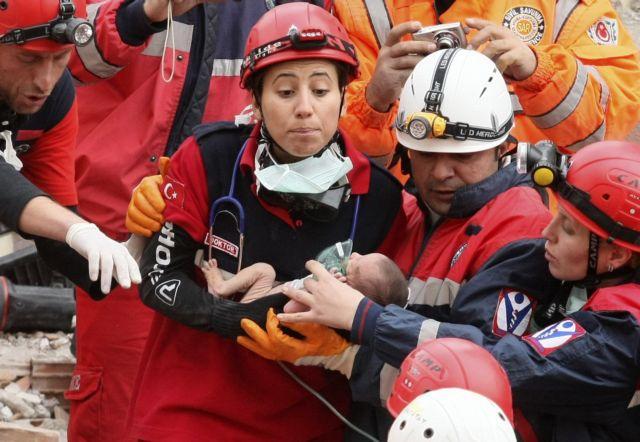 Ενα μωρό  16 ημερών επιβίωσε στην καταστροφή | tanea.gr