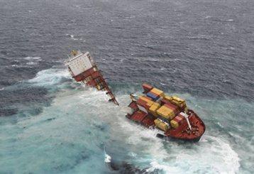 Εσπασε στα δύο το φορτηγό πλοίο «Ρένα»   tanea.gr
