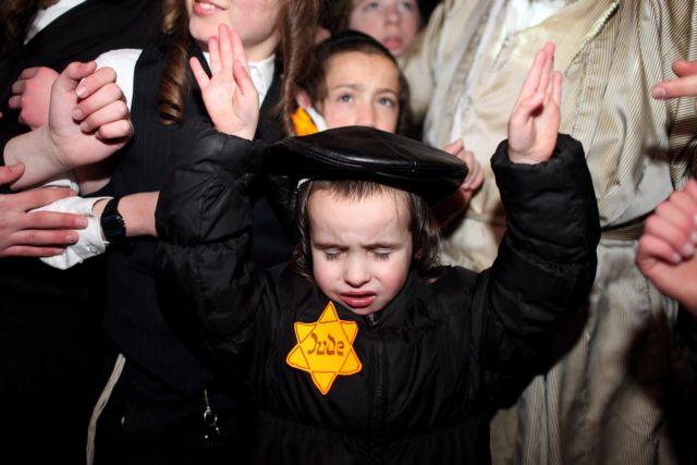 Διαμαρτυρία ζηλωτών Εβραίων  με το αστέρι του Ολοκαυτώματος | tanea.gr