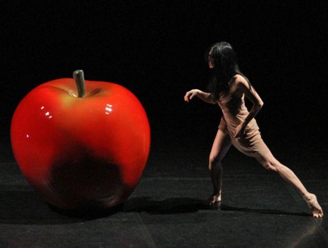 Η Εύα χορεύει με τον πειρασμό της στο Μέγαρο Μουσικής   tanea.gr