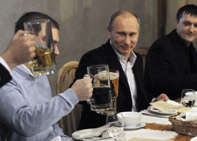Το παράπονο του Πούτιν από τα ΜΜΕ και οι... μπίρες με τους φιλάθλους   tanea.gr