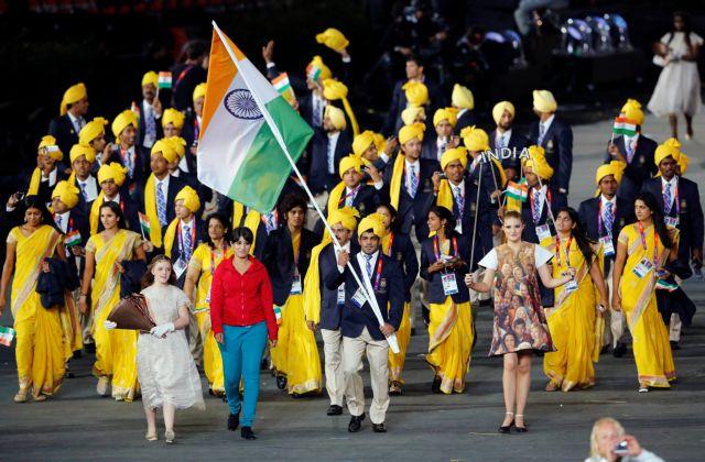 Οι Ινδοί και μια φίλη τους   tanea.gr