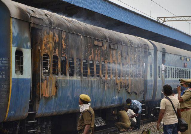 Ινδία: 32 νεκροί από πυρκαγιά σε τρένο   tanea.gr