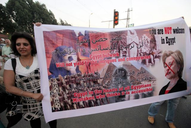 Αίγυπτος: Ντομάτες, παπούτσια και... Μόνικα κατά της Χίλαρι Κλίντον | tanea.gr