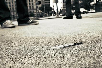 Χρήστης ναρκωτικών τραυμάτισε με σύριγγα αστυνομικό και πολίτη   tanea.gr