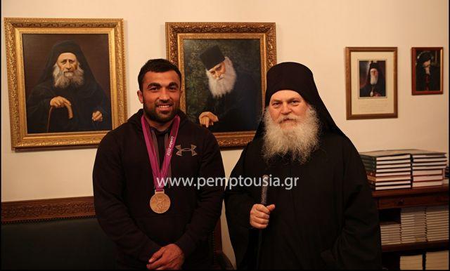 Με τον ηγούμενο Εφραίμ ο Ηλίας Ηλιάδης για το τάμα του στο Αγιον Ορος   tanea.gr