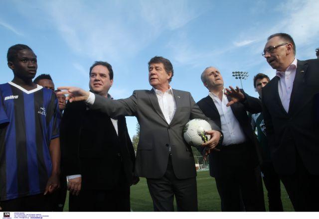 Γκολ στον ρατσισμό από ανήλικους πρόσφυγες με προπονητή τον Ρεχάγκελ   tanea.gr