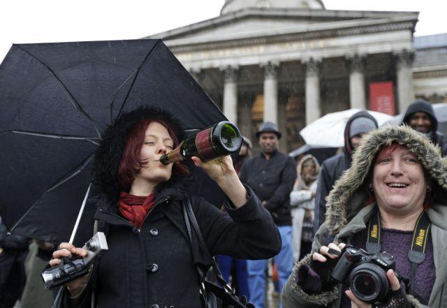 Εκαναν πάρτι στην πλατεία Τραφάλγκαρ του Λονδίνου για τον θάνατο της Θάτσερ | tanea.gr