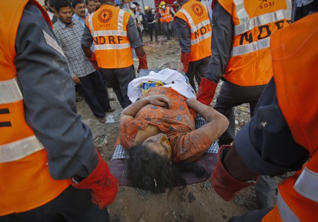 Μία γυναίκα βρέθηκε ζωντανή 36 ώρες μετά την κατάρρευση της πολυκατοικίας στη Βομβάη | tanea.gr