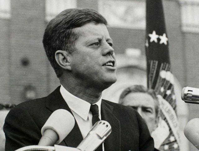 Σπάνιες φωτογραφίες του Τζον Φ. Κένεντι εκτίθενται στην Ουάσινγκτον, για τα 50 χρόνια από την δολοφονία του | tanea.gr