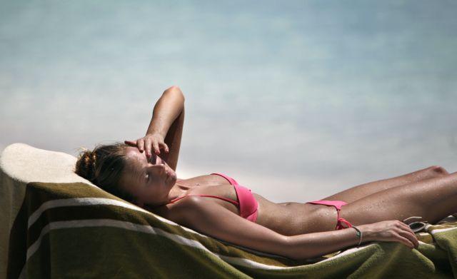 Οταν η ηλιοθεραπεία γίνεται ενοχλητική | tanea.gr