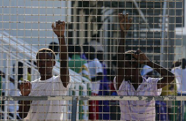 Οι ανήλικοι μετανάστες «αιχμάλωτοι» στη Λαμπεντούζα   tanea.gr