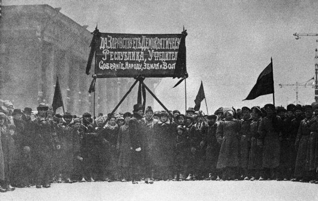 Ρεπορτάζ που άφησαν ιστορία: H κατάληψη των Ανακτόρων στην Αγία Πετρούπολη   tanea.gr