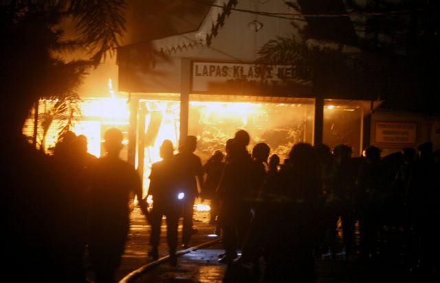 Πέντε νεκροί και 150 δραπέτες μετά την εξέγερση σε φυλακές της Σουμάτρας | tanea.gr
