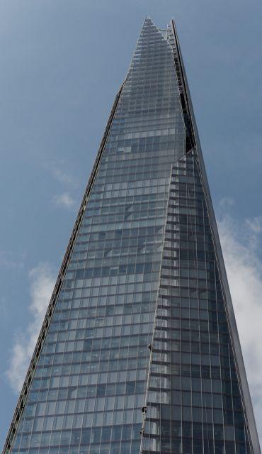 Greenpeace: Ακτιβίστριες σκαρφάλωσαν στον ψηλότερο ουρανοξύστη του Λονδίνου   tanea.gr