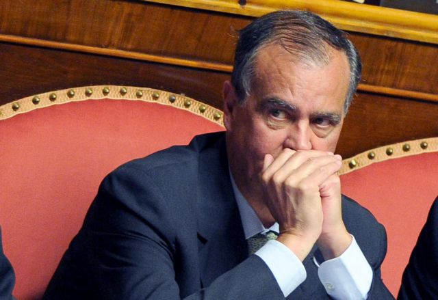 Ιταλία: Ζητεί συγνώμη, αλλά δεν παραιτείται ο Καλντερόλι   tanea.gr