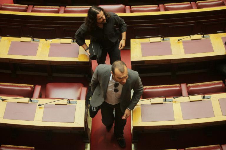 Κραυγές εμφυλίου στη Βουλή από χρυσαυγίτες: «Στο Βίτσι και τον Γράμμο σας βάζαμε στην άμμο!» | tanea.gr