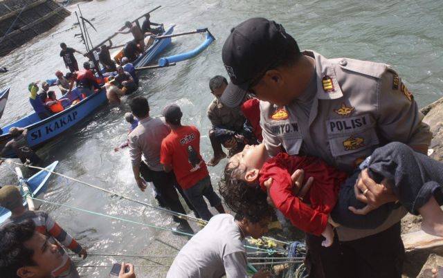Ινδονησία: Πνίγηκαν εννέα άτομα σε ναυάγιο αλιευτικού που μετέφερε μετανάστες | tanea.gr