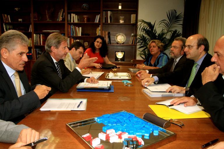 Μήνυμα του Επίτροπου Χαν προς τις τράπεζες για δάνεια προς τις επιχειρήσεις   tanea.gr