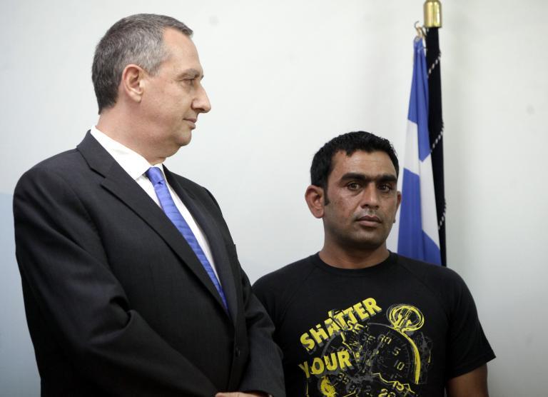 Αδεια παραμονής για έναν χρόνο έδωσε το υπ. Εσωτερικών στον Πακιστανό που προσπάθησε να σώσει δύο Ελληνες | tanea.gr