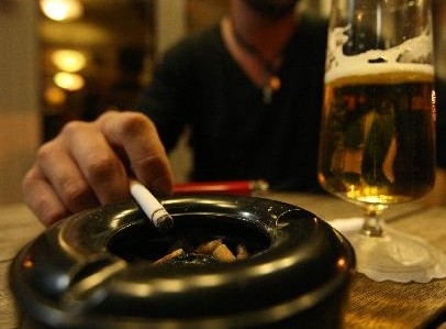 Γιατί «σηκώνει» το ποτό τσιγάρο - και το αντίστροφο | tanea.gr