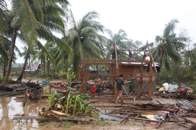 Ισχυρός τυφώνας σαρώνει τις Φιλιππίνες και αγνοούνται 24 ψαράδες | tanea.gr