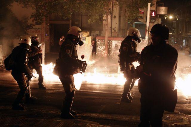 Αστυνομική επιχείρηση στα Εξάρχεια ύστερα από επίθεση με μολότοφ | tanea.gr