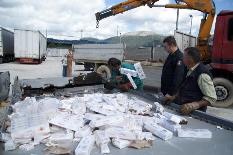 Τεράστια ποσότητα λαθραίων τσιγάρων βρέθηκε σε πλοίο στον Πειραιά   tanea.gr