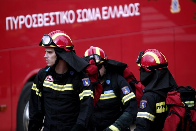 Ενας τραυματίας σε πυρκαγιά σε διώροφο κτίριο στις Τρεις Γέφυρες   tanea.gr