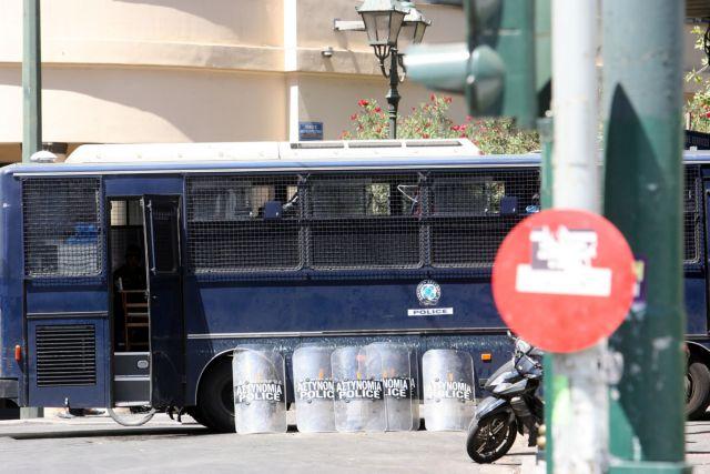 Εξι προσαγωγές κατά την αστυνομική επιχείρηση στο Πολυτεχνείο | tanea.gr