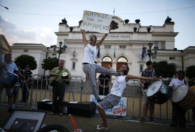 Συνεχίζονται με αμείωτη ένταση οι αντικυβερνητικές διαδηλώσεις στη Βουλγαρία | tanea.gr
