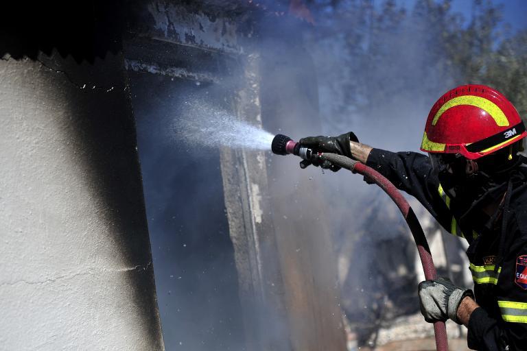 Υπό μερικό έλεγχο η πυρκαγιά σε κατάστημα στην Καλλιθέα | tanea.gr