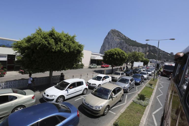 Εδωσαν τα χέρια Βρετανία και Ισπανία για να περιοριστεί η ένταση στο Γιβραλτάρ | tanea.gr