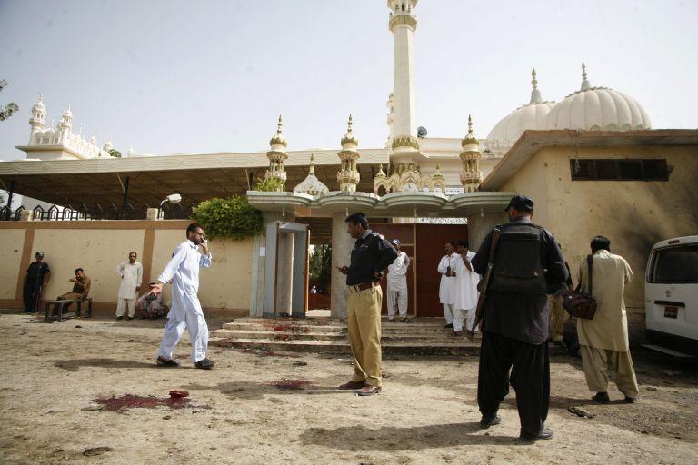 Δεκάδες νεκροί σε επίθεση αυτοκτονίας κατά τη διάρκεια κηδείας αστυνομικού στο Πακιστάν | tanea.gr