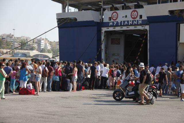 Αυξημένη η κίνηση στο λιμάνι του Πειραιά | tanea.gr