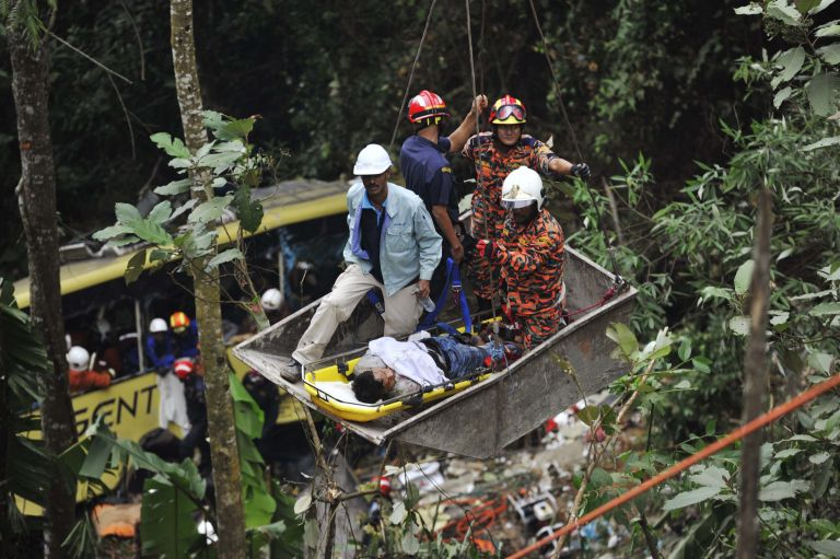 Νεκροί 37 άνθρωποι από πτώση τουριστικού λεωφορείου σε χαράδρα στη Μαλαισία | tanea.gr