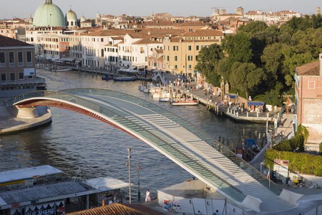 Αποζημίωση από τον Καλατράβα ζητάει η Ιταλία για «σφάλματα» στη γυάλινη γέφυρα της Βενετίας | tanea.gr
