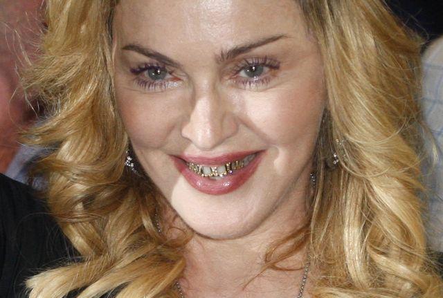Με κοσμήματα στα... δόντια, η Μαντόνα έφερε το Μυστικό Πρότζεκτ της στη Ρώμη | tanea.gr