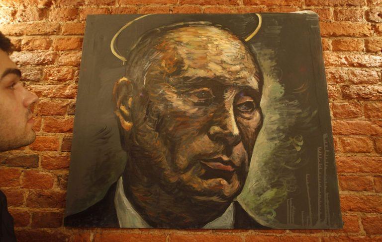 Κατασχέθηκε πίνακας που παρουσίαζε τους Πούτιν και Μεντβέντεφ με γυναικεία εσώρουχα | tanea.gr