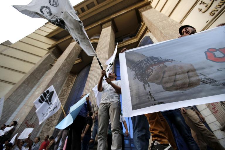 Ο αιγύπτιος Πρωθυπουργός εμφανίστηκε να υπαναχωρεί από τους σχεδιασμούς να τεθεί εκτός νόμου η Μουσουλμανική Αδελφότητα   tanea.gr
