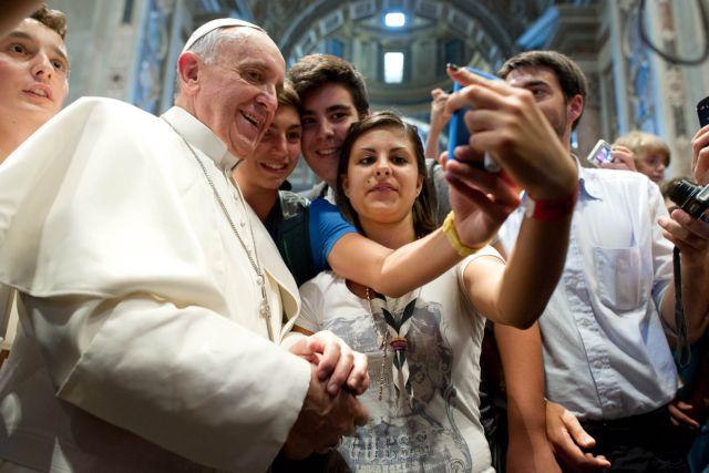 Η πρώτη πόζα «selfie» του Πάπα Φραγκίσκου | tanea.gr