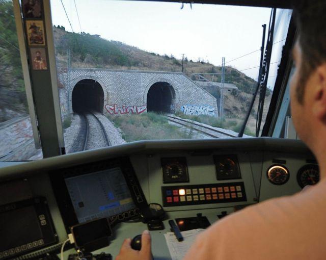 Μηχανοδηγός του ΟΣΕ έβαλε την κόρη του να οδηγήσει το τρένο | tanea.gr