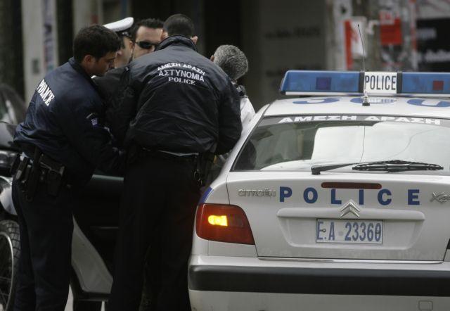 Βουλευτής της Χρυσής Αυγής πιάστηκε να κουβαλά το όπλο του αστυνομικού φρουρού του | tanea.gr