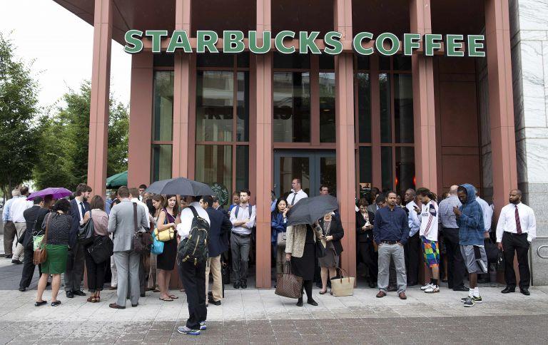«Παρακαλούμε να αφήνετε τα όπλα σας στο σπίτι» λένε τα Starbucks στους αμερικανούς πελάτες τους | tanea.gr
